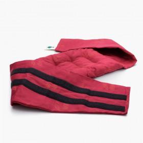 Hřejivý Červený bederní pás  je ušitý z kvalitní bio bavlny s jemným dekorem třešní.