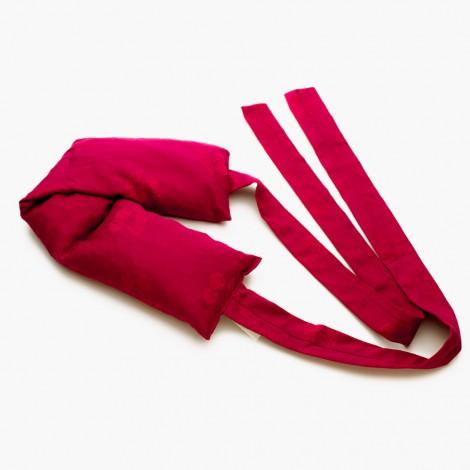 Hřejivý červený polštářek s popruhy je ušitý z kvalitní bio bavlny s jemným dekorem třešní.